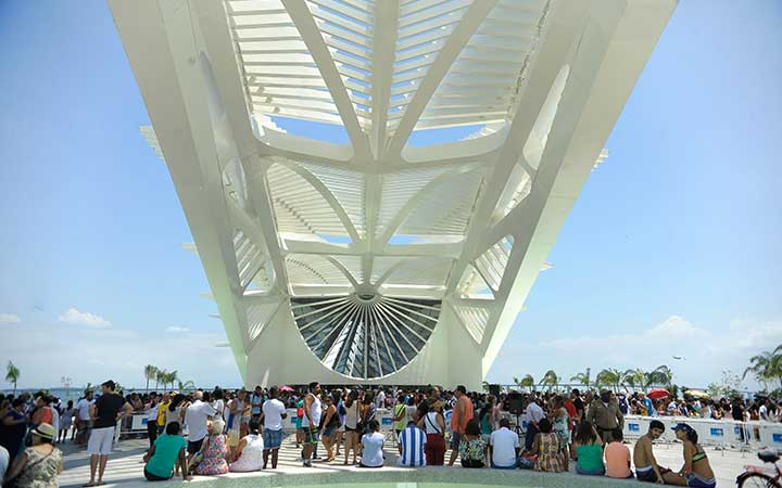Pessoas em frente ao museu do Amanhã no Rio de Janeiro