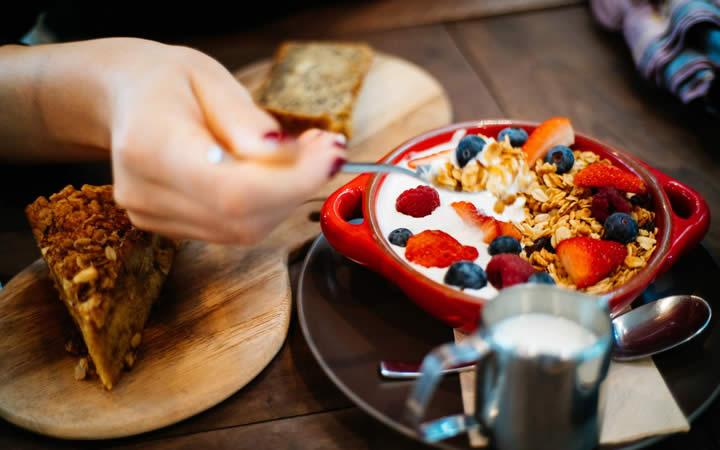Cereal com frutas e leite - Grávida pode viajar de ônibus