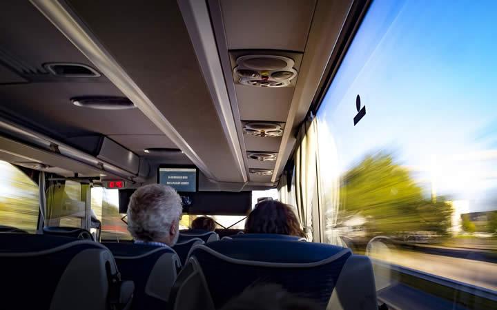 Pessoas viajando de ônibus - Perdi o ônibus