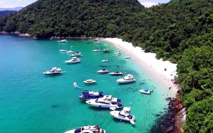 Mar com embarcações Praia do Dentista - Angra dos Reis