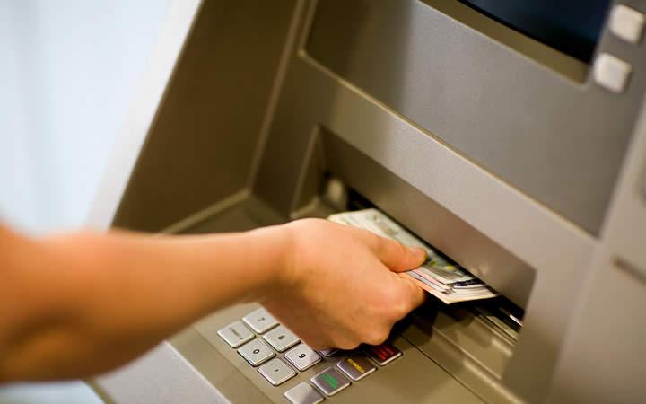 Pessoa recebendo dinheiro - Máquina banco
