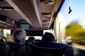 Pessoas dentro de ônibus