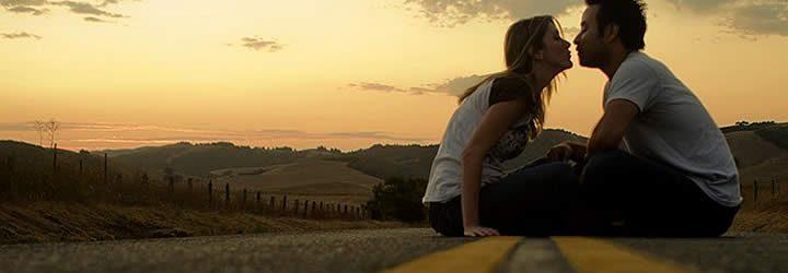 Casal sentado em estrada