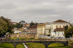 Gramado e ponte em São João Del Rei
