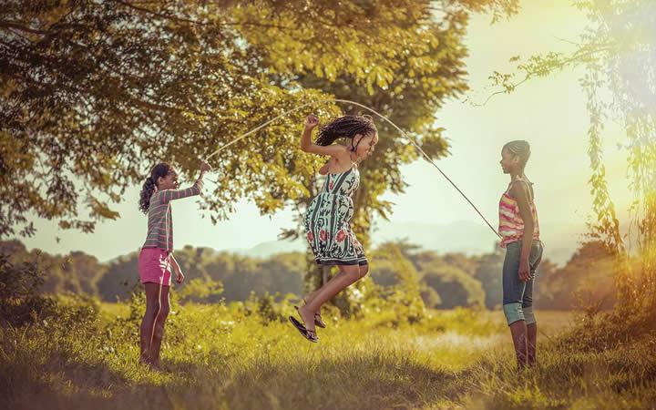 Crianças pulando corda